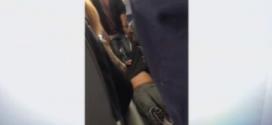 """شاهد.. """"سحل"""" راكب في طائرة أميركية"""